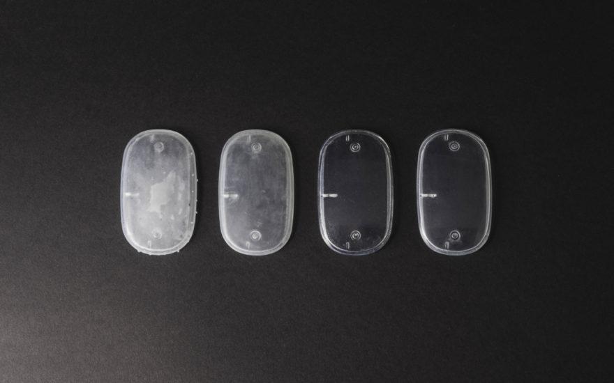 Capac de carcasă electronică din rășină transparentă, cu o serie de finisaje post-procesare. De la stânga la dreapta: îndepărtarea suportului de bază, șlefuirea umedă, acrilică de protecție UV și lustruit